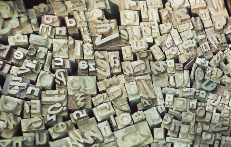 Kleine letters en alfabetkarakters voor drukkranten en boeken stock foto