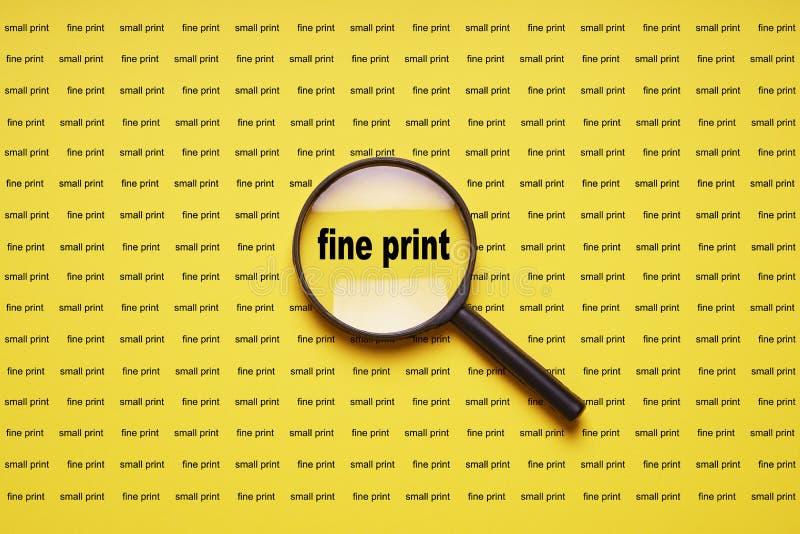 Kleine lettertjes vergroot met vergrootglas meer magnifier loupe royalty-vrije stock foto