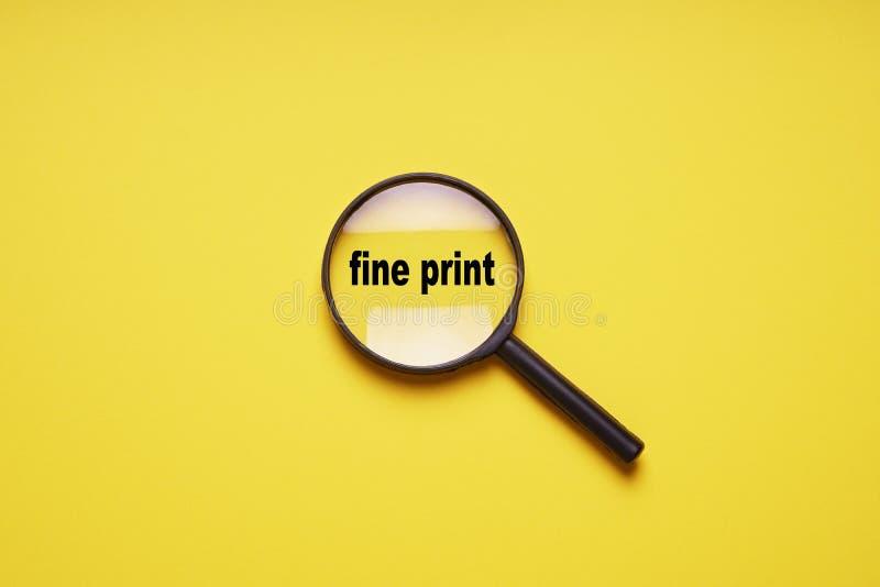 Kleine lettertjes vergroot met vergrootglas meer magnifier loupe stock afbeeldingen