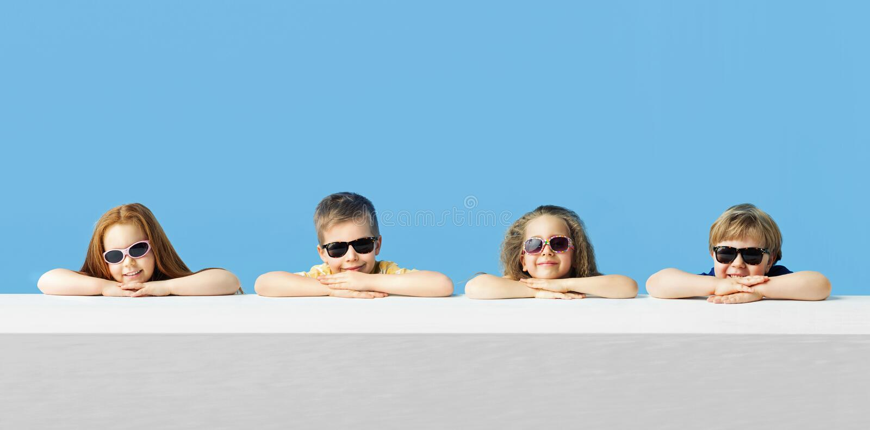 Kleine leuke kinderen die samen ontspannen stock fotografie