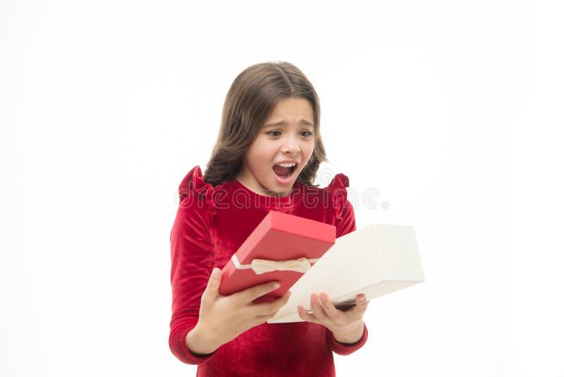 Kleine leuke meisje ontvangen vakantiegift Wat binnen is Slechtste speelgoed en Kerstmisgiften voor jonge geitjes Elegant jong ge royalty-vrije stock afbeelding