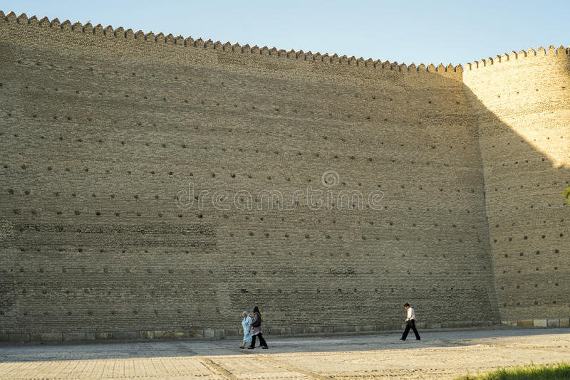 Kleine Leute durch die Arche-Wände in Bukhara Usbekistan stockfoto