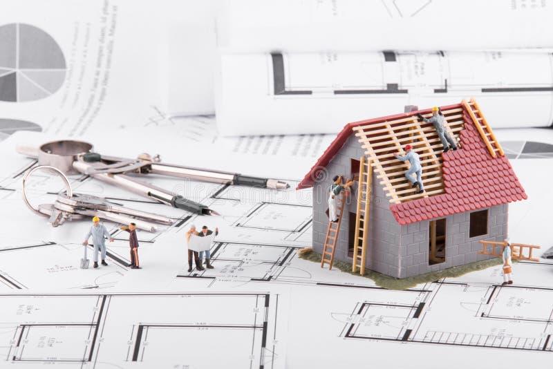 Kleine Leutegestalthäuser für Architekturpläne Das Konzept von lizenzfreies stockbild