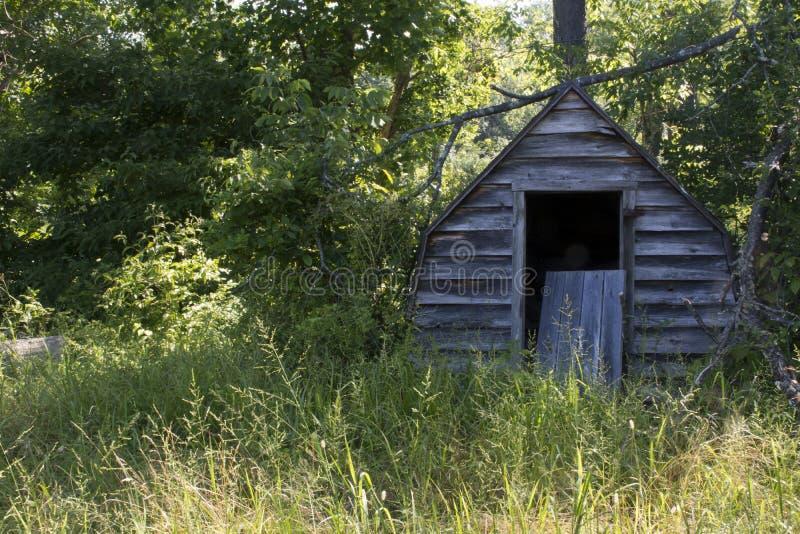 Kleine loods op gebied bij rand bosrand royalty-vrije stock foto