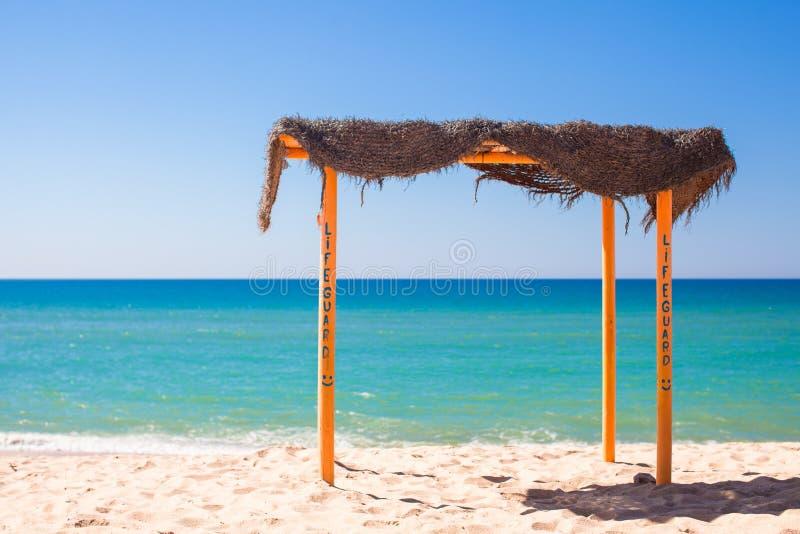Kleine luifel bij leeg tropisch strand op royalty-vrije stock afbeeldingen