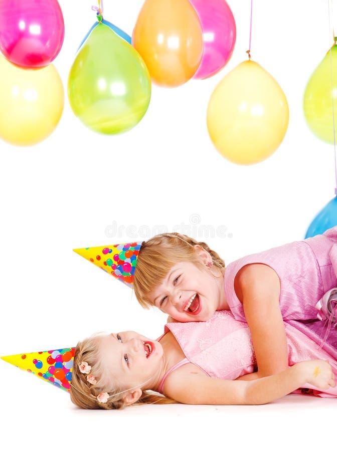Kleine Mädchen beim Partyhutspielen lizenzfreies stockbild