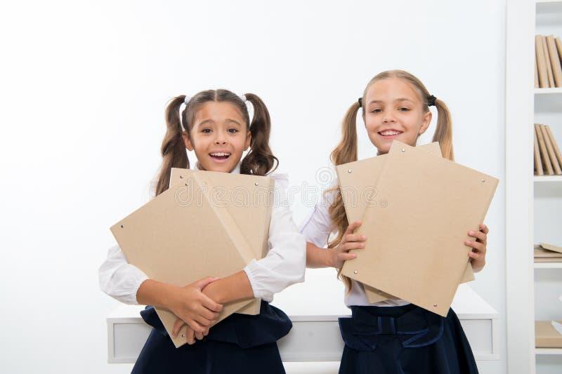 Kleine Mädchen bereiten sich für zukünftigen Beruf im Büro vor Glückliche kleine Mädchengriff-Dateiordner Bild 3D auf weißem Hint stockfotografie