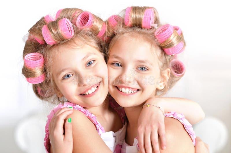 Kleine Mädchen in den Haarlockenwicklern lizenzfreies stockfoto