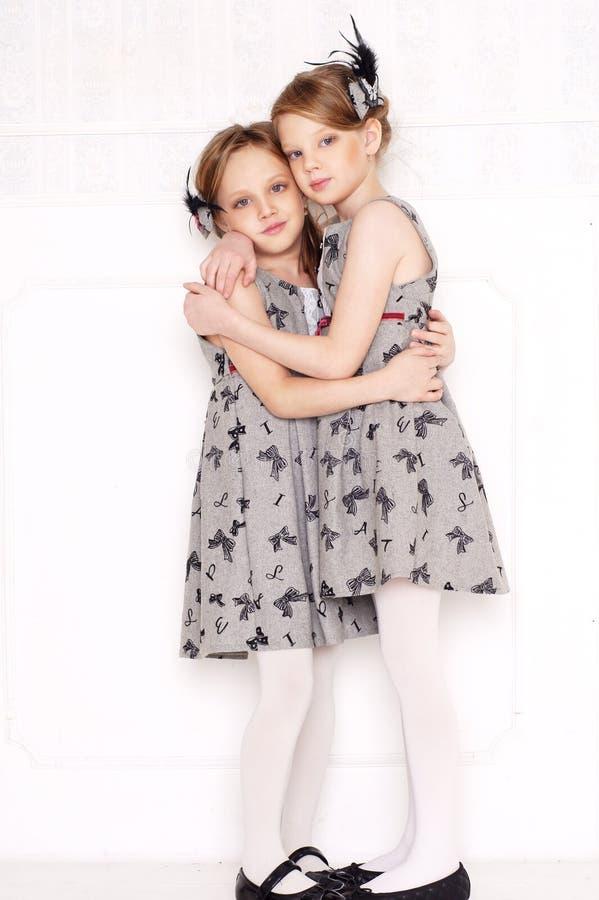 Download Kleine Mädchen Der Art Und Weise Stockbild - Bild von elegant, studio: 27725923