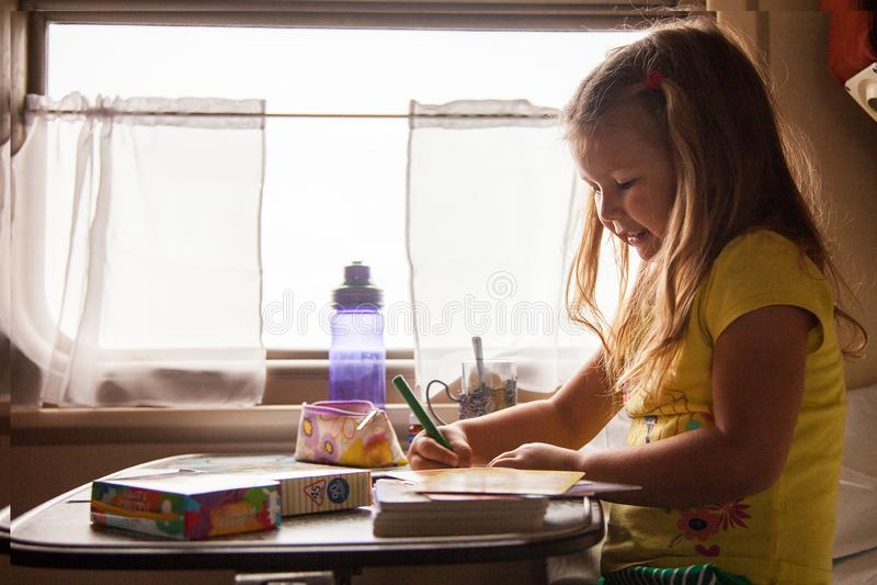 Kleine Mädchen, die in den Zug reist mit Familie, Russland zeichnen stockbild