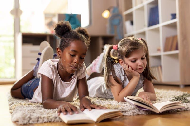 Kleine Mädchen, die für Schule studieren stockfoto
