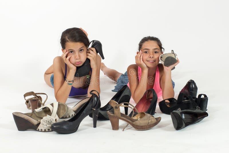 Kleine Mädchen, die mit Schuhen der Mutter spielen stockbilder