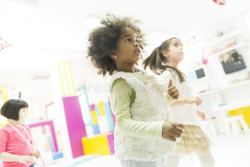 Kleine Mädchen im Kindergarten lizenzfreie stockfotografie
