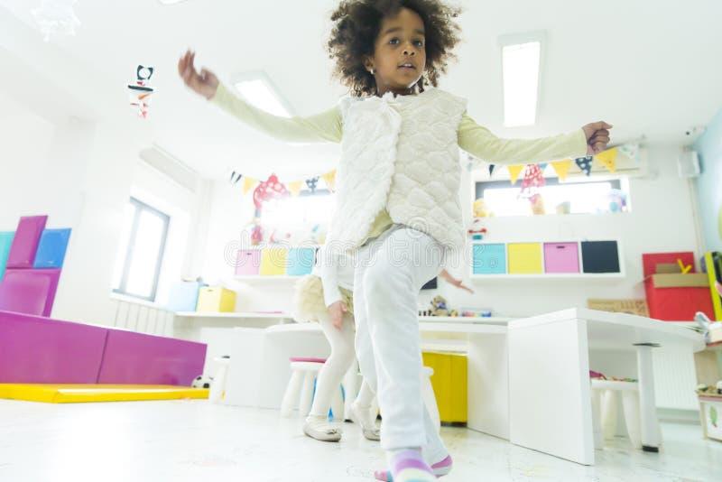 Kleine Mädchen im Kindergarten stockfotos