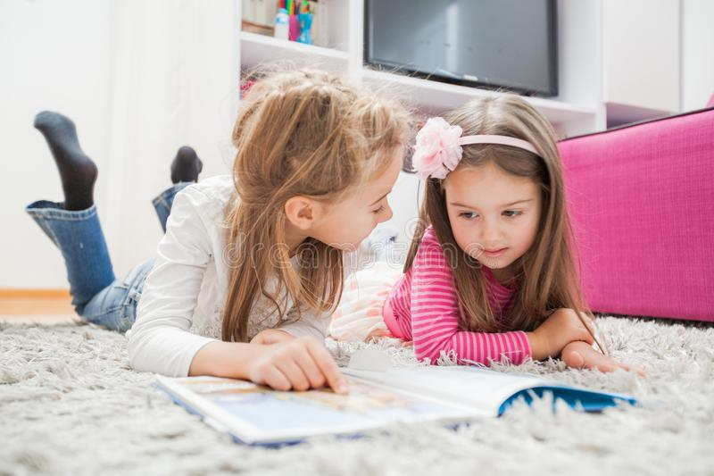 Kleine Mädchen lasen Buch stockfotos