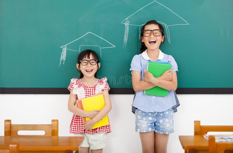 kleine Mädchen mit Staffelungskonzept im Klassenzimmer lizenzfreies stockbild
