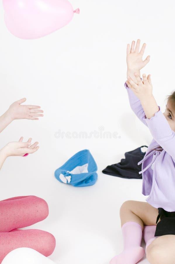 Kleine Mädchen und Ballone lizenzfreie stockfotografie