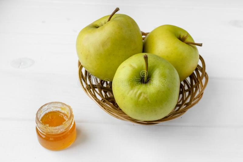 Kleine mand met vruchten Appelen, citroenen, wortel op de lijst stock afbeelding