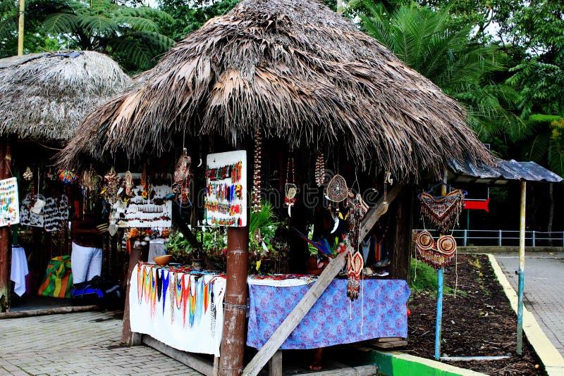 Kleine markt met Inheemse die winkels met daken van bladeren wordt gemaakt die lokale ambachten in Ecuador, Latijns Amerika verko royalty-vrije stock afbeeldingen