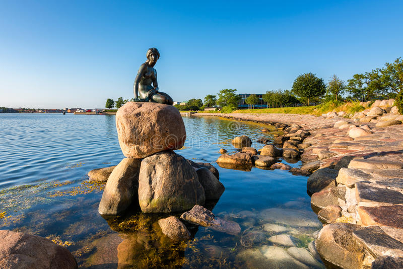 Kleine Meerjungfraustatue in Kopenhagen Dänemark stockfotografie
