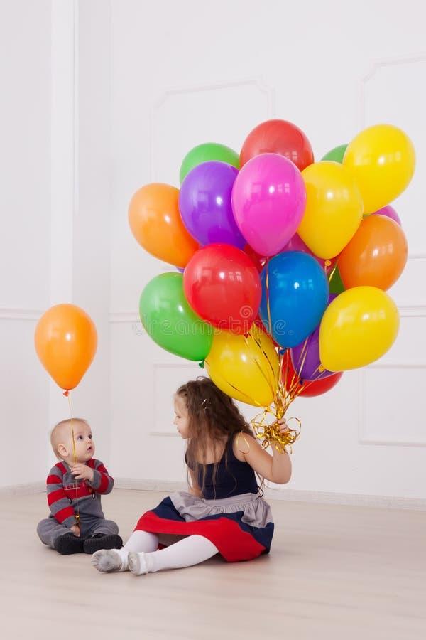 Kleine meisje en babyjongen royalty-vrije stock foto