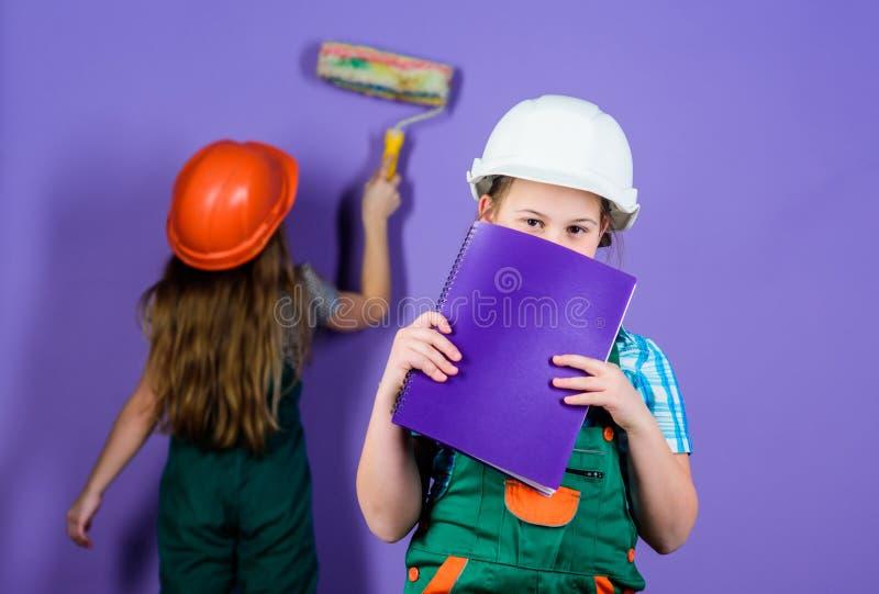 kleine meisjes die samen in workshop herstellen Voormaninspecteur reparatie Dag van de Arbeid 1 MEI techniekidee Toekomstige carr stock foto