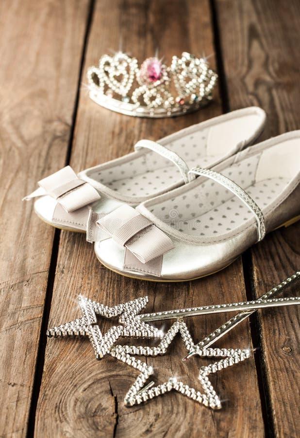 Kleine meisjesbal of partijuitrusting met zilveren balletschoenen stock foto's