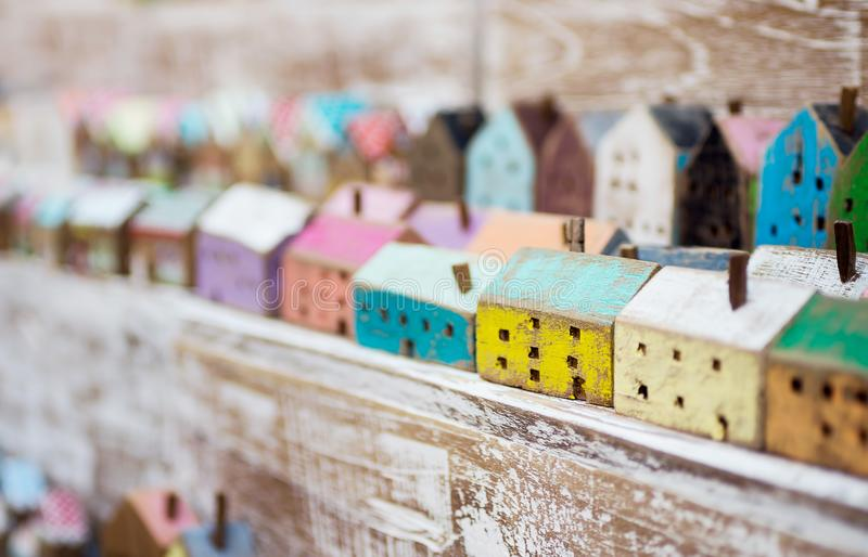 Kleine met de hand gemaakte blokhuizen op een rij op opslagplank Ambacht, het concept van het huisdecor Skandinaviër, de stijl va stock afbeelding