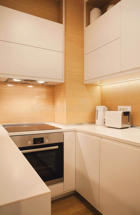 Kleine moderne Küche stockbild. Bild von geräte, zählwerk ...