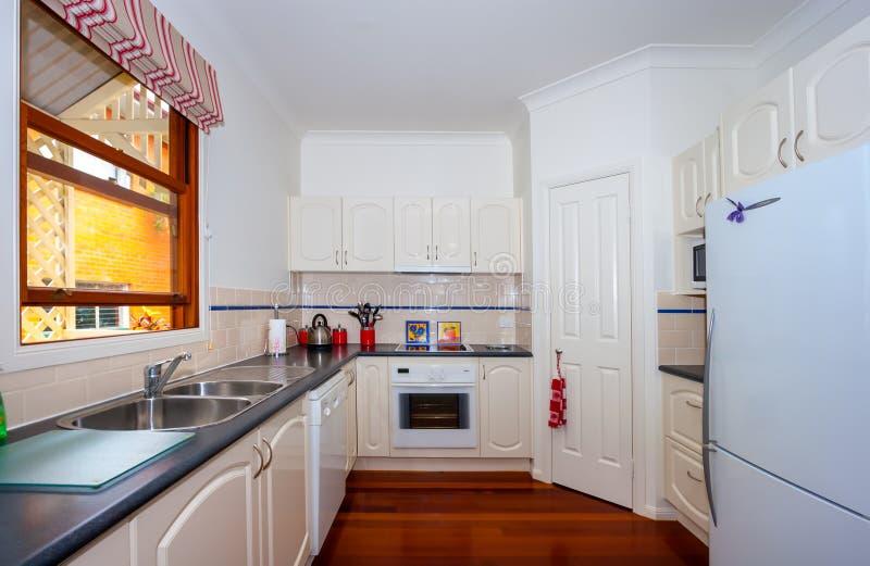Kleine moderne Küche stockfoto. Bild von möbel, küche - 63702712