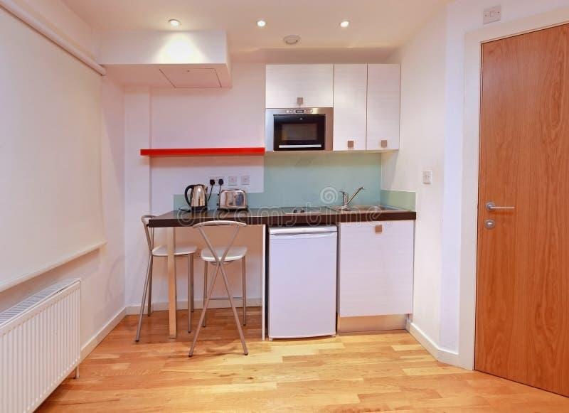 Moderne kleine Küche stockfoto. Bild von kessel, kühlraum - 29802302