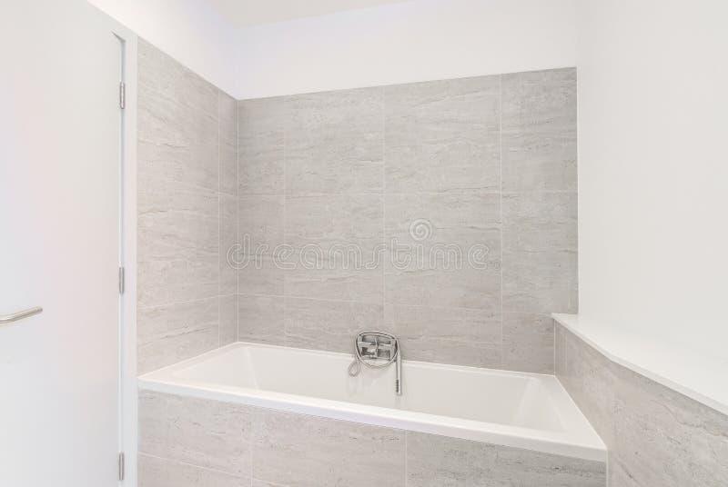 Kleine Moderne Rüsten Badezimmer In Einer Wohnung Aus ...