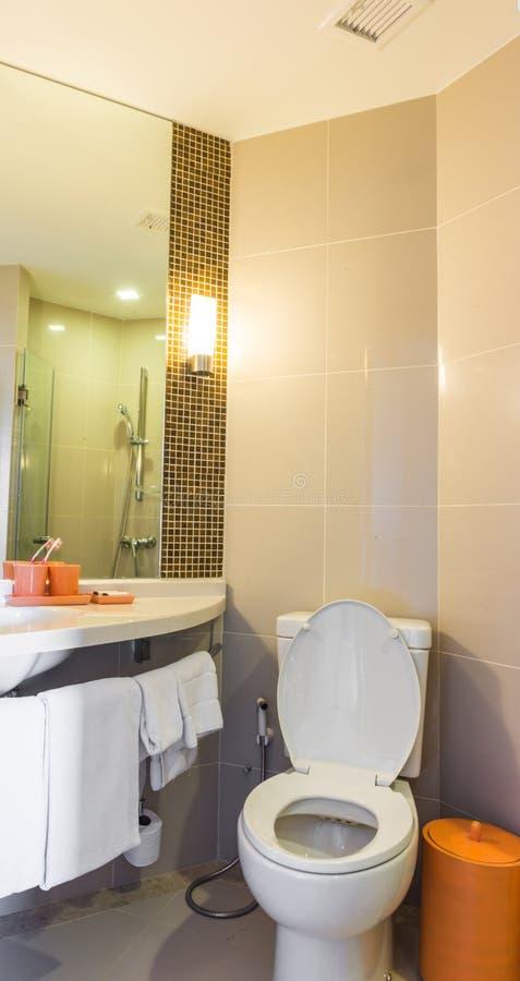 Moderne Toiletten kleine moderne toiletten stock foto afbeelding bestaande uit ruimte