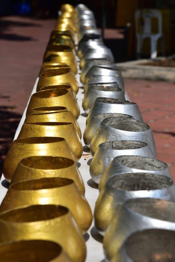 Kleine monk& x27; s de kleurenzilver van de aalmoeskom en gouden stock foto's