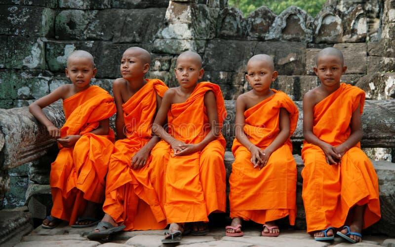 Kleine monniken in Kambodja stock foto's