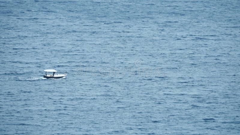 Kleine motorboot die zich op zee bewegen royalty-vrije stock foto's