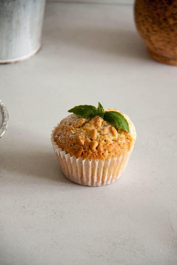 Kleine Muffins mit Zitrone und Basilikum stockbilder