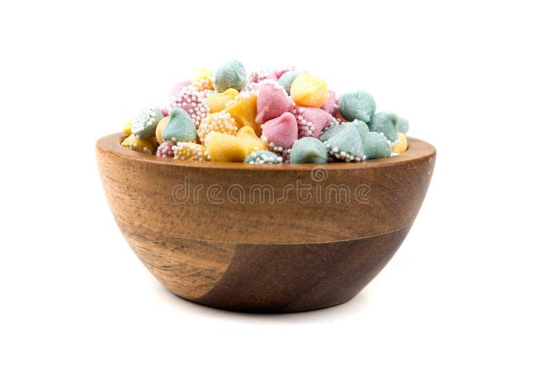 Kleine multicolored dalingen met de deklaagmunt van de suikerbal stock foto