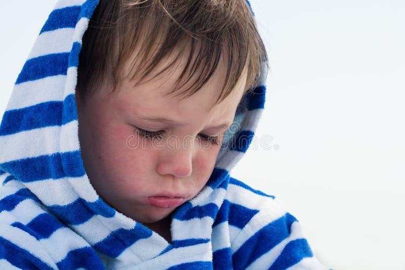 Kleine nette Kinderschmerzen und geschmollt, enttäuscht Schönes Kleinkind mit atopic Dermatitis auf dem Hintergrund des Meeres, lizenzfreie stockfotos