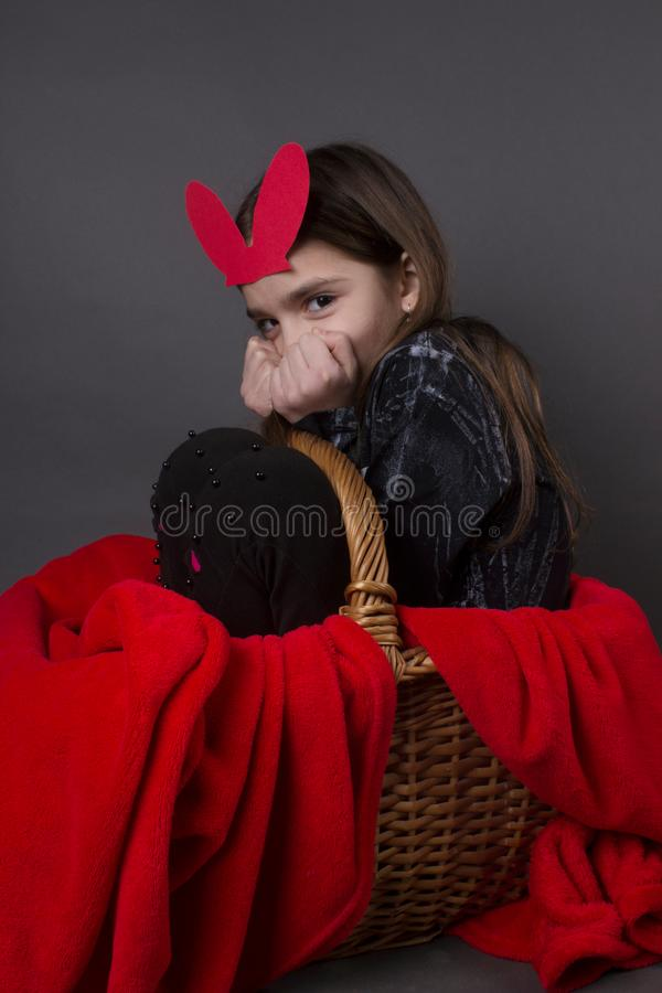 Kleine nette Mädchenostern-Jahreszeit stockbilder