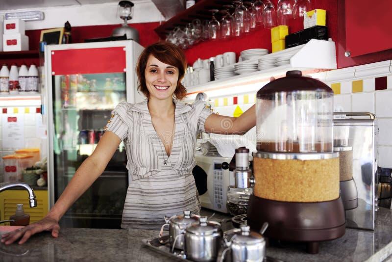 Kleine onderneming: trotse eigenaar of serveerster stock afbeeldingen