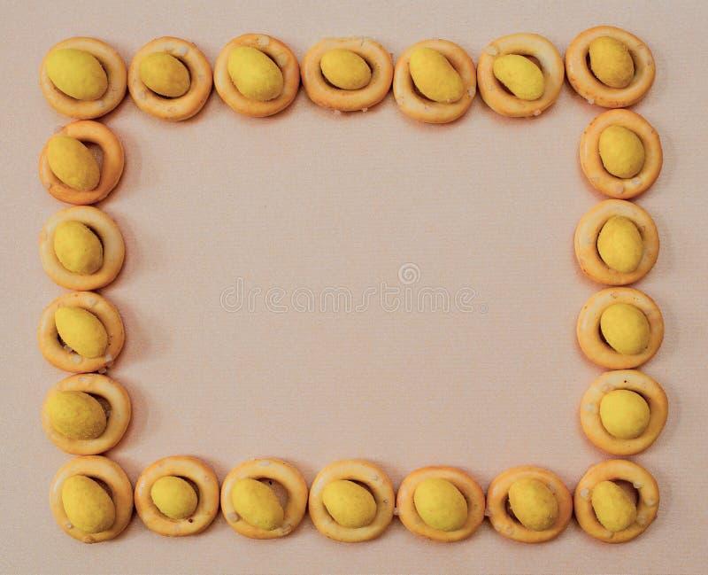 Kleine ongezuurde broodjes en noten in kaas in de vorm van een rechthoek stock foto's
