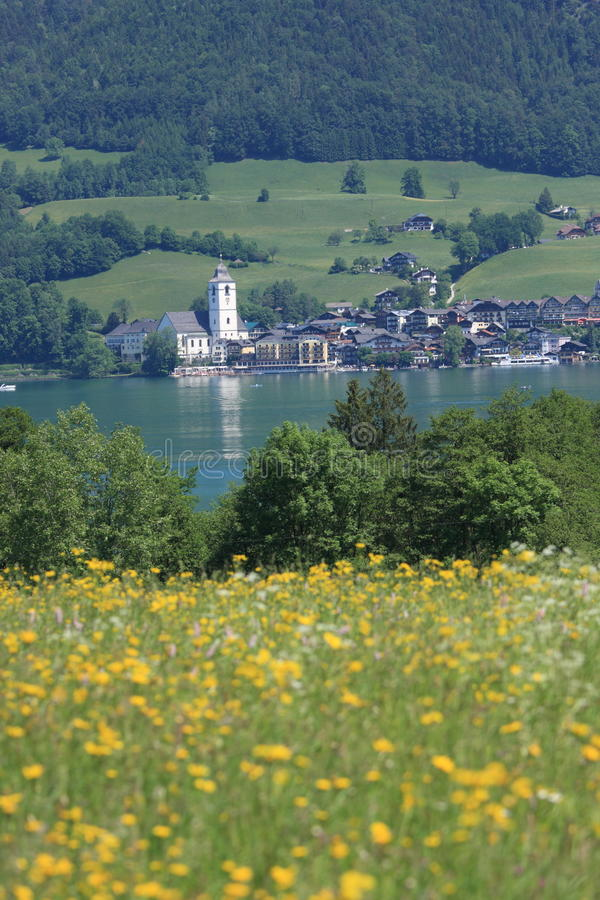 Kleine Oostenrijkse Stad door het meer van Wolfgangsee stock foto's
