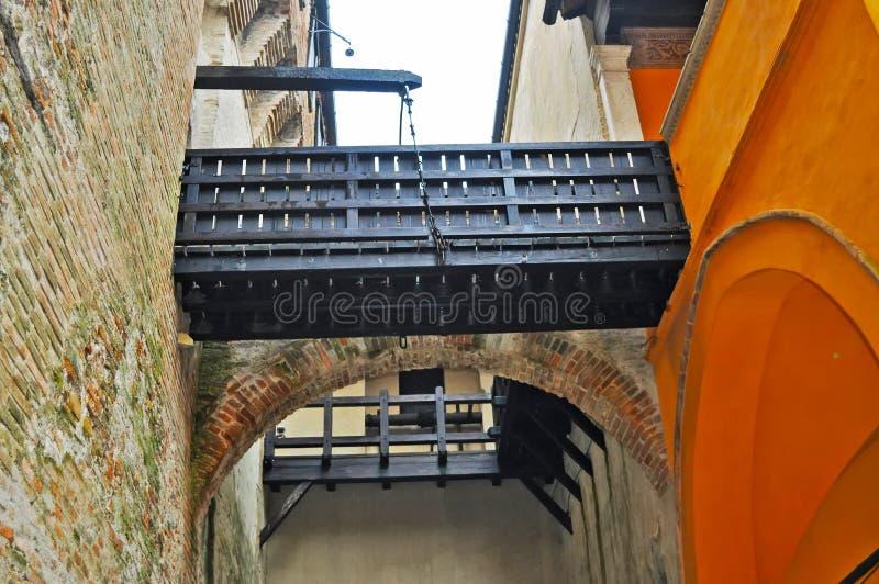 Kleine ophaalbrug in Gradara-kasteel royalty-vrije stock fotografie