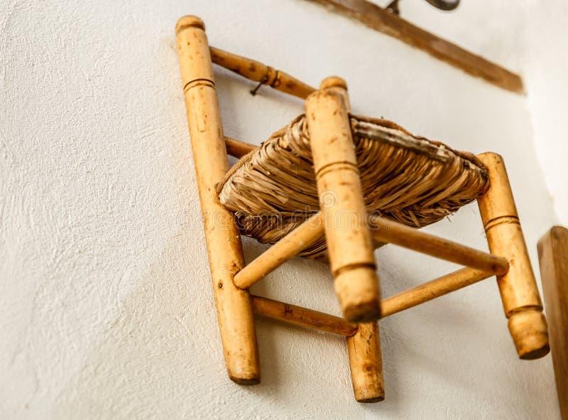 Kleine oude rieten en houten stoel royalty-vrije stock fotografie