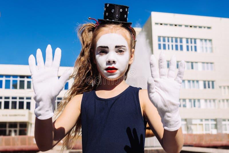 Kleine Pantomimemädchenshows pantomime auf der Straße lizenzfreie stockfotografie