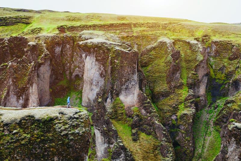 Kleine persoon in reusachtig landschap, reiziger royalty-vrije stock afbeelding