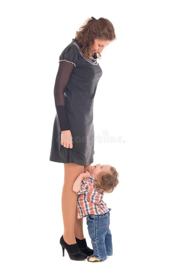 Kleine peuterjongen die zijn mama bekijken stock foto