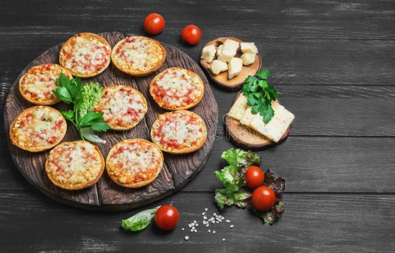 Kleine pizza met mozarellakaas royalty-vrije stock foto