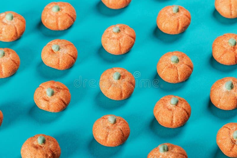 Kleine pompoenen van heemst op blauwe achtergrond royalty-vrije stock foto's